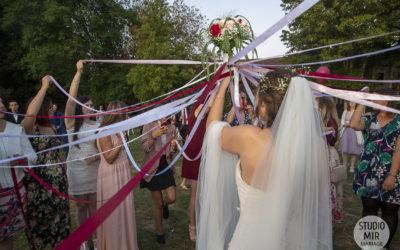 Photographe de mariage : lancer de bouquet en Ile-de-France