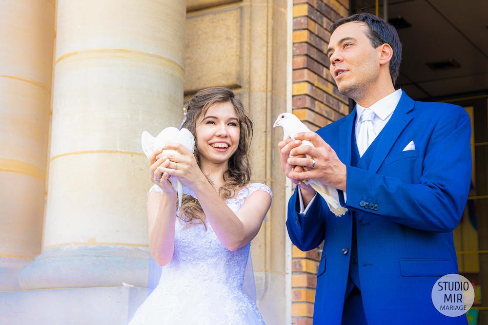 Photographe de mariage : Sortie des mariés à la mairie de Saint Maur des Fossés et lâcher de colombes